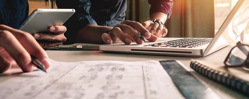 Arbeit am Laptop und Grafiken